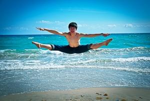 """Alex Zhang gör en """"Heng Fei Yan"""" genom att hoppa upp och sparka båda benen till en """"split"""" i sidled på mer än 180 grader."""
