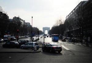 Vista desde la salida del Palais des Congrès de París, donde Shen Yun se presentó del 11 al 13 de marzo (TK Kuo).