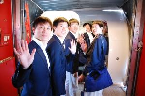 回家了,我们又回到了美国!图为我们5月9日在纽瓦克国际机场行李领取处外的集体照。 (TK Kuo)