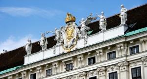 Dopo Vienna, abbiamo visitato il confine austroungarico, ove abbiamo trovato questo interessante monolite e le statue di santi cristiani (TK Kuo). Abbiamo visitato una piccola cittadina dove i residenti vivono sulle paludi fra le mazze sorde. (Annie Li)