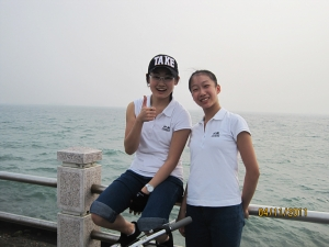 Hai cô vũ công Lisa Ma và Kaidi Wu đứng trước bến tàu Kaohsiung Harbor. (Regina Dong)