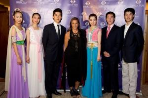 Vũ công của Shen Yun Seron Chau, Jialin Chen, Alex Chun, Christina Li, Tim Wu, Sebastien Chun cùng với mega-designer Donna Karan (ở giữa).
