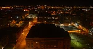 Blick von unserem Hotelzimmer auf Kansas City bei Nacht. (Annie Li)