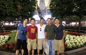 从左至右,舞蹈演员Patrick Trang,Jeff Sun,Alex Chun,主持人唐瑞,舞蹈演员宋艾文。