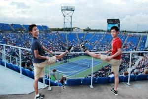 舞蹈演员把握一切时机练习,宋艾文和Jeff Sun看比赛中也不忘压腿。