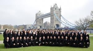 """Ein Schnappschuss vom Westminster Tower, der vor Kurzem den Namen Elizabeth Tower erhielt, zu Ehren des Diamant-Jubiläums der Queen. (Alison Chen) Die lateinische Inschrift auf der Unterseite der berühmten Turmuhr bedeutet """"Oh Gott, bewahre sicher unsere Königin Victoria, die Erste. (Annie Li)"""
