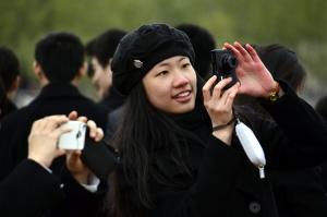La bailarina principal Daoyong Zheng disfruta de las vistas de París. Y debo agregar que parece toda una parisina con su coqueta boina. (Annie Li)