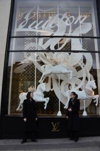 Bajamos por Chams-Élysées y tuvimos que tomarnos una foto frente al primer Louis Vuitton del mundo. (Annie Li)