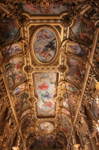 El interior del Palais Garnier está adornado con magníficos frescos que describen a divinidades de la mitología griega. Este es el salón principal. (Jeff Sun)