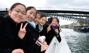 La fraîcheur ne nous a pas empêchées de profiter de la beauté de Paris. Les danseuses (de gauche à droite) Ming Na, Ashley Wei, Cherie Zhou, Angela Xiao et Alisen Chen posent pour une photo sur la Seine. (Annie Li)
