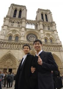 Los bailarines Jeremy Su y Brian Nieh posan frente a la Catedral de Notre Dame. (TK Kwok)