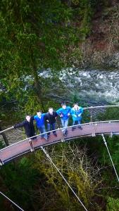 Dopo il ponte, che è lungo circa 140 metri e alto 70 metri da terra, eccoci nel serpeggiante Cliffwalk. (Ben Chen; Lumix GF3)