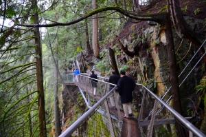 Die meisten Leute finden das ein weitaus aufregenderes Erlebnis, als die Brücke selbst, denn wenn man unten neben die schmale Holzplanke schaut, erhält man einen fast vollstänigen Blick auf die Schlucht. (David Chou; Nikon D7000)
