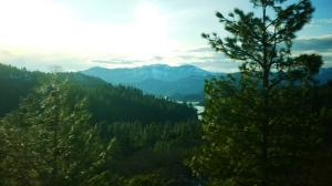 那古老的土地……Shasta 山脈里的5號州際公路。(Ben Chen, Lumix GF3)