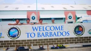 在巴巴多斯的圣露西,舞蹈演员(左起)陈阳暮月、孙赞、宋艾文和高伟闵正在享受加勒比海的轻松一刻。