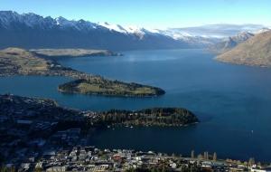 在地球的另一侧,俯瞰新西兰的皇后镇。照片由投影师Ying Han提供。(见下图)