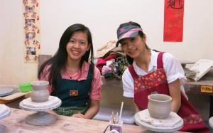 台湾台中。舞蹈演员Tian Chen(左)和黄琳捷正在岛屿中心的小镇学习陶艺。