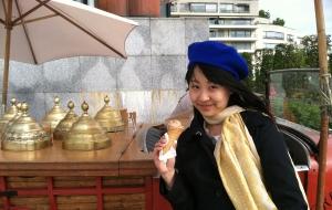 她正在享受自己最喜爱的两样东西:冰淇淋和贝雷帽。 更正:三样最爱的东西,还有旅行。