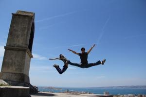 故国を旅するプリンシパル・ダンサーで兄弟でもあるアレックス・チュン(左)とセバスチャン・チュン。トレーニングではない。ただ休みに戯れているだけ。 フランス、マルセイユで。