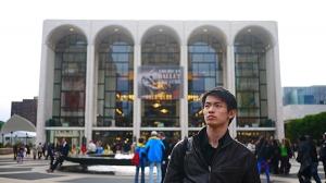 美国纽约大都会歌剧院。在经过半年的旅途生活后,主要舞蹈演员陈厚任终于有机会走下舞台,坐到观众席,欣赏一次别人的舞蹈。