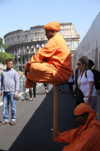 南亚人正在罗马竞技场前练习漂浮特技。