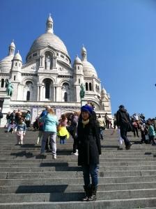 法国巴黎。神韵主持人Kelly Wen在巴西利卡的圣心堂前。
