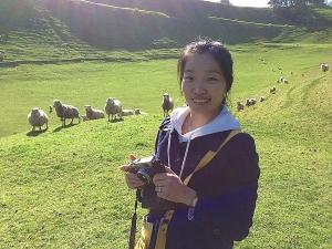 投影师Ying Han与亲人相聚之馀,在草地上放牧。