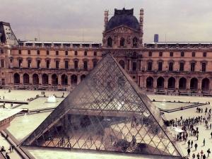 Dĩ nhiên, bạn sẽ không tài nào thưởng thức đuợc Louvre trong non một ngày. Nhưng bạn có thể xem được buổi triển lãm, và rồi vài người-đứng xem gần hồ phun nước.