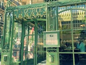 Nếu bạn thích ăn ngọt như tôi, bạn không thể bỏ Paris mà không uống trà chiều-và nếm qua miếng bánh macarons–tại Ladurée.