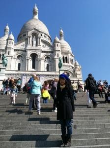 Một nơi phải thăm qua ở Paris là Sacré-Cœur, một vương cung thánh đường cổ xưa dành riêng cho Thánh Tâm Chúa Giêsu. Bạn có thể leo lên những nất thang lịch sử (như được trình chiếu trong cảnh nổi tiếng trong cuốn phim Amélie), hoặc đón xe điện lên đồi Montmartre (nơi nhà thờ tọa lạc)-địa điểm ngắm cao nhất trong thành phố. Đừng quên máy ảnh của bạn ở dưới đồi!