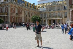 仍然是黄志立,在凡尔赛宫的内部庭院和大家说再见。谁知道2014年的巡回演出将把他带往何处呢。但他的下一次飞行将把他带向新的排练,以及一场全新节目的新的惊喜。