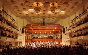 神韻交響樂團於九月二十七日晚在華盛頓DC肯尼迪藝術中心音樂廳首演,拉開了2013年巡回演出的序幕。演出結束後,全場觀眾起立鼓掌長達十分鐘,四次謝幕。