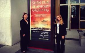 開演前,神韻交響樂團中提琴首席Paulina Mazurkiewicz(右)和大提琴演奏家Katarina Majcen在肯尼迪藝術中心音樂廳外合影留念。
