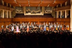演出结束后,全体观众起立鼓掌长达十分钟,四次谢幕。