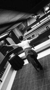 Place des Arts, Montreal. Il ballerino principale Tony Xue si prepara a guidare il corso (di Steve Feng)