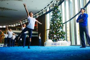 Tony Xue osserva la lezione di danza. Durante le vacanze, la danza classica cinese è il nostro regalo per voi sotto l'albero di Natale (le vacanze sono in realtà il nostro periodo più pieno dell'anno e festeggiamo lavorando di più del resto dell'anno per condividere la nostra cultura con le persone di tutto il mondo. I sorrisi del pubblico sono più che sufficienti come regalo per noi).