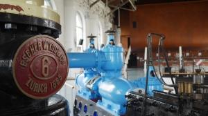 19世紀、BFMは水力発電所だった。1980年代に文化芸術センターに変わるまで、ほぼ100年にわたり、何千世帯にもおよぶジュネーブの家屋に飲料水と電気を供給していた。ロビーには当時の多くの機器が展示されている。[撮影:F Chun]