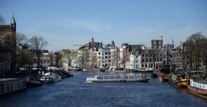 船で運河と町を散策。この写真は1500に上るアムステルダムの橋の一つから撮影したもの。