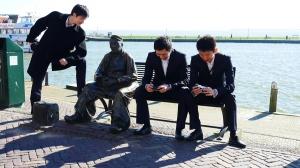 銅像を見つめるプリンシパル・ダンサーの張家瑞(ジャン・ジャールイ)と、オランダの首都アムステルダムで撮った自分たちの写真に悦に入るスティーブ・フェンとベン・チェン。