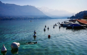 El Lago Annecy es el tercer lago más grande de Francia. Se formó hace unos 18.000 años y hacia él fluyen muchos pequeños ríos de las montañas que lo rodean. El Lago Annecy es conocido como el lago más limpio de Europa debido a las estrictas regulaciones ecológicas que se pusieron en vigencia en los 1960s. (Dispositivo Apple de Ben Chen)