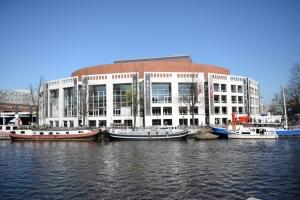 Algunos de nosotros exploramos los canales y la ciudad en bote. Esta foto fue tomada desde uno de los 1.500 puentes de Amsterdam.