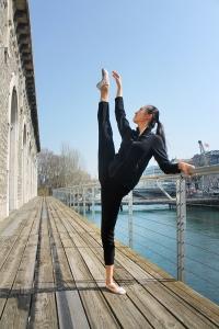 ロビーから一歩出ると、ローヌ川を見下ろすバルコニーでプリンシパル・ダンサーの林思楚(リン・スーチュ)がウォーミングアップをしている。[撮影:広玲]