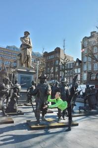 El primer bailarín Jerry Zhang mira atentamente, mientras que Steve Feng y Ben Chen admiran las fotos que sacaron en la pintoresca capital holandesa. Lily Wang y Seron Guang Ling Chau se despiden de Amsterdam. Próximas paradas: Berlín, París, Bruselas y Barcelona.