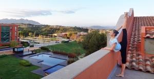 La prima ballerina Cheryl Lin fotografata mentre osserva le colline della Catalogna, Spagna. Quale sarà la prossima tappa nel nostro viaggio con Shen Yun…?