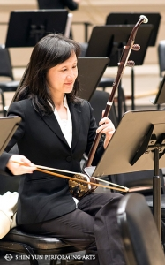 Erhu soloist Xiaochun Qi at Carnegie Hall for the third time since 2012 with Shen Yun Symphony Orchestra, Oct. 11.