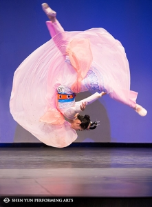 "Shen Yun Principal Dancer Miranda Zhou-Galati, gold winner of the female adult division, performs ""Goddess Nü Wa Mends The Sky"" at the International Classical Chinese Dance Competition."