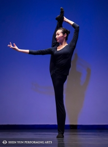 Shen Yun Principal Dancer Chelsea Cai, gold winner of the previous International Classical Chinese Dance Competition, in 2012, performs in an exclusive techniques presentation during the awards ceremony.