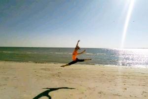 기쁨에 찬 점프! 다니엘라 월런색이 <쓰차(撕叉跳)>라 불리는 점프 동작을 해내고 있다. (사진 릴리 왕)