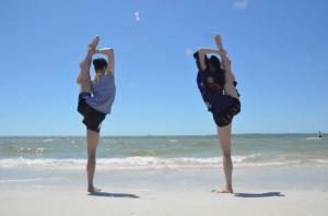 해변에서 스트레칭하고 있는 릴리 왕과 비키 차오. <차오 티엔 떵(朝天凳)>이라는 중국 고전무용 동작 한 가지를 연습하고 있다. (사진 세런 광링차우)