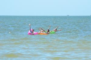 물놀이하러 오세요! 사진 왼쪽부터: 무용수 에린 배트릭, 비키 차오, 스테파니 궈. (사진: 세런 광링차우)